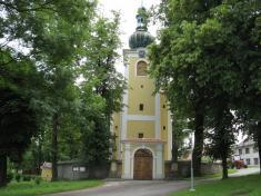Pivínský kostel snově opravenou fasádou - červen 2011