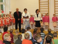 Paní ředitelka Mgr. Květoslava Žondrová vítá rodiče aděti - 1.9. 2010