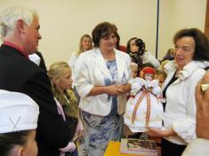 Paní Klausové byla darována panenka Hanačka.