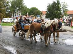 Přeprava mezi školou, kostelem aškolkou byla propaní Livii zajištěná kočárem skoňmi.