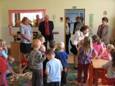V mateřské školce si paní Livia popovídala sdětmi.